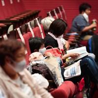 台風10号の上陸に備え、避難所となった多目的ホールの客席で過ごす人たち=福岡県久留米市で2020年9月6日午後4時21分、猪飼健史撮影