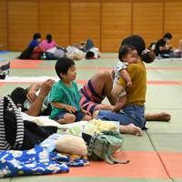 周囲との距離を保ちながら避難所で過ごす家族連れ=鹿児島市で2020年9月6日午後3時58分、徳野仁子撮影