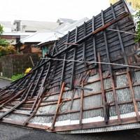 風で飛ばされた民家の屋根。住民は避難しておりけが人はなかった=鹿児島県奄美市名瀬港町で2020年9月6日午後4時9分、神田和明撮影
