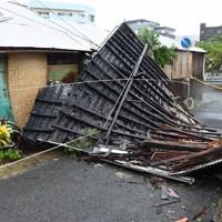 風で飛ばされた民家の屋根。住民は避難しており、けが人はなかった==鹿児島県奄美市名瀬港町で2020年9月6日午後4時7分、神田和明撮影