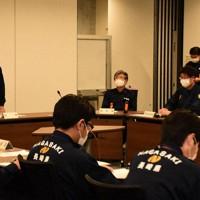 県の災害対策本部会議で訓示する中村知事