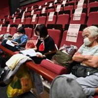 台風10号の上陸に備え、避難所となった多目的ホールの客席で過ごす人たち=福岡県久留米市で2020年9月6日午後4時26分、猪飼健史撮影