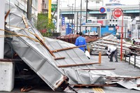 The roof of a factory that was torn off by Typhoon Haishen is pictured in Fukuoka's Hakata Ward in southwestern Japan shortly after 10 a.m. on Sept. 7, 2020. (Mainichi/Minoru Kanazawa)