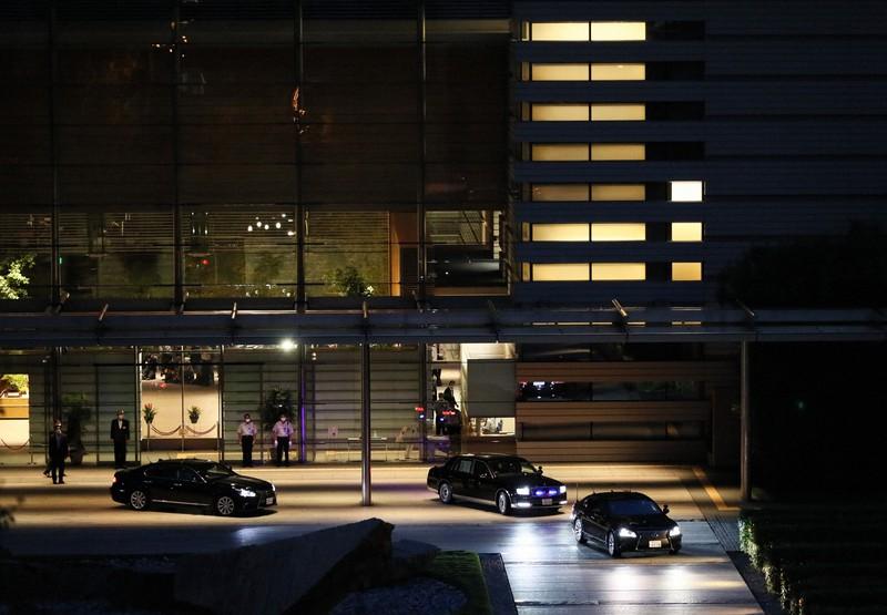 辞任表明の記者会見を終えた安倍晋三首相を乗せ、首相官邸を出る車両(右から2台目)=東京都千代田区で2020年8月28日、吉田航太撮影