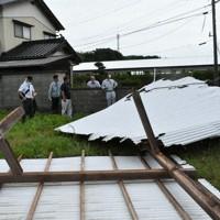 吹き飛ばされたトタン屋根=島根県益田市遠田町で、竹内之浩撮影