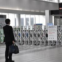 台風接近の影響で在来線の改札口が閉鎖されたJR広島駅=広島市南区で、手呂内朱梨撮影