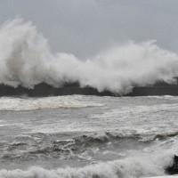 打ち寄せる大波=高知市の春野漁港で2020年9月7日午前、井上大作撮影