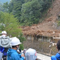 会社事務所と住宅を巻き込んだ土砂崩れ現場=宮崎県椎葉村で2020年9月7日午後3時45分、上入来尚撮影