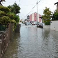 水があふれ川のようになった住宅街の道=愛知県稲沢市小沢4で2020年9月7日午後0時8分、川瀬慎一朗撮影