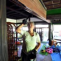 古民家カフェの開店に向け、昨年の台風15号、19号の被害で全壊した家屋を改装する庄司一則さん=千葉県館山市布良で2020年9月4日、竹内紀臣撮影