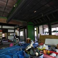 古民家カフェの開店に向け、昨年の台風15号、19号の被害で全壊した家屋を改装する庄司一則さん。=千葉県館山市布良で2020年9月4日、竹内紀臣撮影