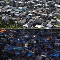 台風15号で被害から1年がたった千葉県鋸南町。被害を受けた住宅にかけられたブルーシートは少なくなっていた=2020年9月4日午前9時32分、竹内紀臣撮影(上)、台風15号で被害を受け、屋根にブルーシートが掛けられた住宅街=2019年9月16日午後6時10分、佐々木順一撮影
