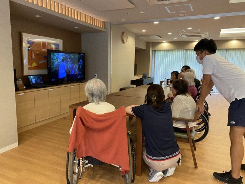 介護施設でオンラインツアーに参加する人たち(東京トラベルパートナーズ提供)