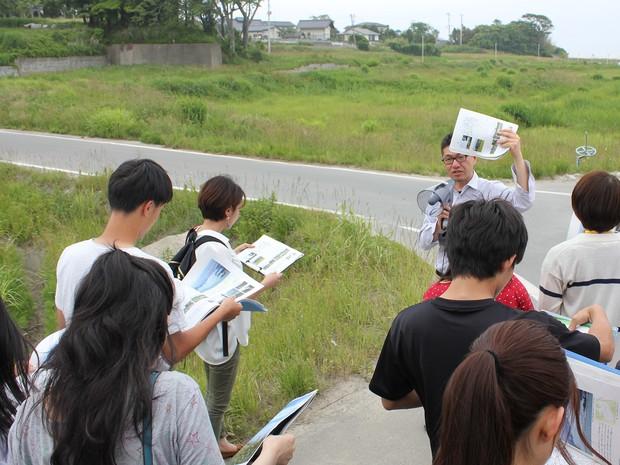 福島大学のプログラム「むらの大学」でのフィールドワークで指導 前川直哉さん提供