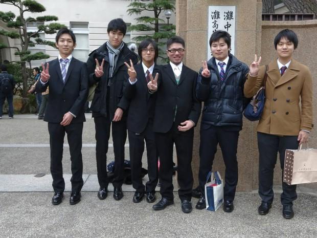 2014年2月、灘校教員時代の担任学年の卒業式で。この直後に福島へ(右から3人目が前川さん) 前川直哉さん提供