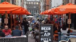 英国版「Go Toイート」でレストランは盛況だった=ロンドンで8月31日、横山三加子撮影
