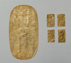 江戸時代の三貨制で使われた金貨。左は1両の小判、右は1分金(4分で一両)(日本銀行貨幣博物館所蔵)