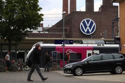 ドイツ経済の先行きは身長な見方が強い(ウォルフスブルクのフォルクスワーゲン工場)(Bloomberg)
