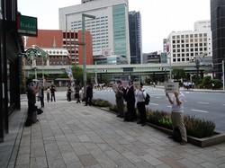 交差点の四方に分かれて行われたスルガ銀行への抗議デモ=東京都中央区で9月2日、今沢真撮影