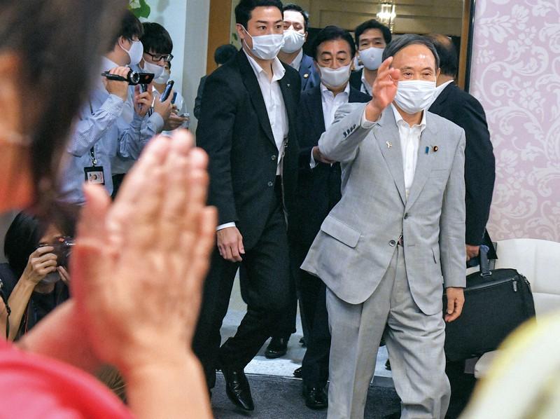 自民党総裁選に向けて準備する党神奈川県連関係者に手を振る菅義偉官房長官。党内での足場は脆弱なだけに、基盤強化のための早期解散が取り沙汰される(横浜市中区で9月5日)