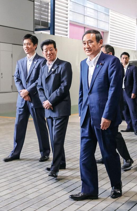 大阪都構想の住民投票を控えた松井一郎大阪市長(中央)や吉村洋文大阪府知事(左)は「菅新政権」への流れを歓迎(大阪市で2019年6月22日)