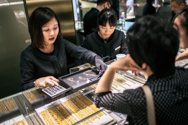 富裕層の資産を守る意識が金購入に向かわせる(香港の貴金属店)
