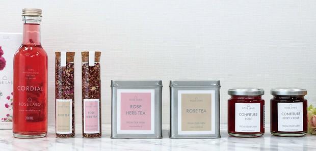 (写真右から)食べられるバラから作ったジャムや紅茶、シロップ ROSE LABO 提供
