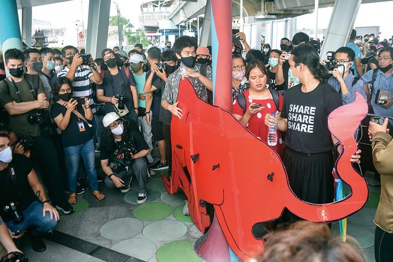学生らの反政府集会に登場した怒りのシンボル「赤い牛」 筆者撮影