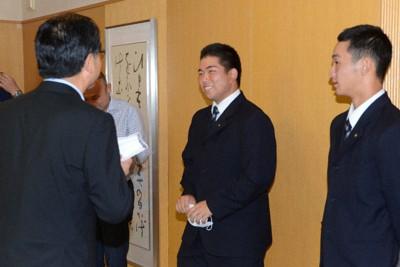 米沢則寿市長(手前左)と笑顔で話す白樺学園の業天汰成前主将(中央)ら=北海道帯広市で