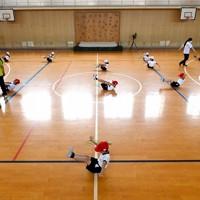 体育の授業で、間隔を空けて体操をする児童たち=大阪市浪速区で2020年7月20日、山田尚弘撮影