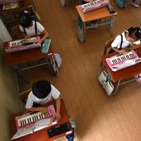 音楽の授業では、鍵盤ハーモニカは吹かずに指の動きだけを確認=大阪市浪速区で2020年7月20日、山田尚弘撮影
