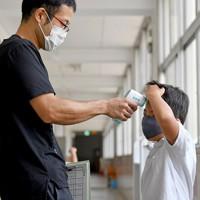自宅で検温できなかった児童は学校で検温を受ける=大阪市浪速区で2020年9月9日、山田尚弘撮影