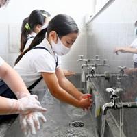 授業が終わるごとに手洗いを徹底する児童たち=大阪市浪速区で2020年7月20日、山田尚弘撮影