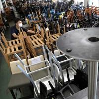 新型コロナウイルスの影響で閉店した店で使われていた椅子やテーブルが、山積みになって売られていた=東京都新宿区で2020年9月8日、宮武祐希撮影