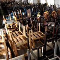 新型コロナウイルスの影響で閉店した店で使われていた椅子が、山積みになって売られていた=東京都新宿区で2020年9月8日、宮武祐希撮影
