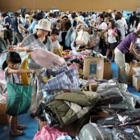 義援物資の配布で冬物などの衣類を選ぶ被災者=岩手県大船渡市で2011年9月17日午前10時58分、三浦博之撮影