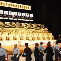 「東日本大震災津波殉職者岩手県警察葬」で献花する警察官ら=盛岡市の盛岡市民文化ホールで2011年9月17日午後3時51分、安藤いく子撮影