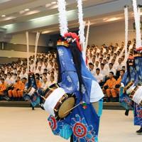 伝統芸能の鹿踊を消防学校生に披露する気仙沼市立月立小の児童たち=東京都渋谷区の消防学校で2012年9月17日午前9時39分、猪飼健史撮影