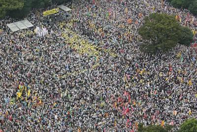 「さようなら原発5万人集会」に集まった大勢の人たち=東京都新宿区で2011年9月19日午後2時29分、本社ヘリから梅田麻衣子撮影