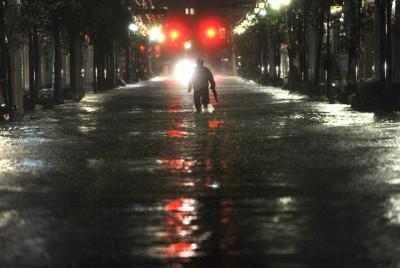 台風15号の大雨で冠水した宮城県石巻市の中心部。震災で地盤沈下した上、津波被害を受けた排水機能が復旧していない=2011年9月21日午後7時39分、丸山博撮影