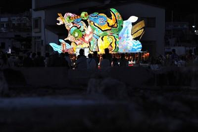 震災から半年がたった被災地の街を練り歩くねぶた=岩手県山田町で2011年9月24日午後5時46分、久保玲撮影