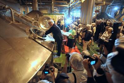 津波被害から復旧してビール作りを再開したキリンビール仙台工場。中央は仕込釜にホップを投入する遠野市長=仙台市宮城野区で2011年9月26日午前11時51分、丸山博撮影