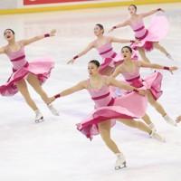 フィギュアスケート「ドリーム・オン・アイス」でシンクロナイズドスケーティングを披露する神宮アイスメッセンジャーズ=横浜市のコーセー新横浜スケートセンターで2020年9月12日(代表撮影)