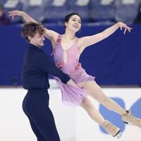 フィギュアスケート「ドリーム・オン・アイス」でフリーダンスを披露する小松原美里、ティム・コレト組=横浜市のコーセー新横浜スケートセンターで2020年9月13日(代表撮影)