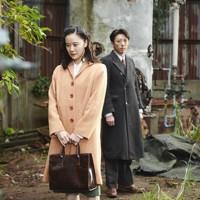映画「スパイの妻」の一場面。聡子(蒼井優、左)と夫の優作(高橋一生) (C)2020 NHK, NEP, Incline, C&I