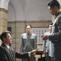 映画「スパイの妻」の一場面。優作(高橋一生、手前左)と憲兵の津森泰治(東出昌大、同右) (C)2020 NHK, NEP, Incline, C&I