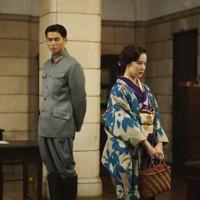 映画「スパイの妻」の一場面。聡子(蒼井優、右)と憲兵の津森泰治(東出昌大) (C)2020 NHK, NEP, Incline, C&I