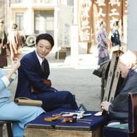 映画「スパイの妻」の一場面。聡子(蒼井優、左端)と夫の優作(高橋一生、左から2人目) (C)2020 NHK, NEP, Incline, C&I