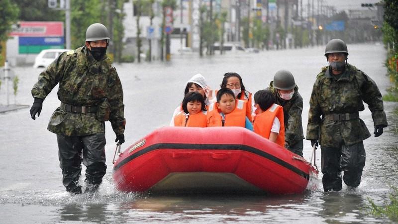 避難所のみなと小が孤立し、ボートで救出される児童ら=福岡県大牟田市で2020年7月7日午前8時35分、金澤稔撮影