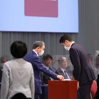 自民党総裁選で投票する菅義偉官房長官(中央)=東京都内のホテルで2020年9月14日午後2時17分、宮武祐希撮影